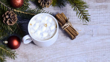 Coffee with marshmallows at the Christmas tree. Festive warming Imagens