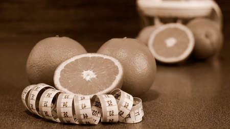 Schneiden Sie Orangen , die auf einem Holztisch liegen . Obstbaum zum Frühstück . j Standard-Bild - 98133973