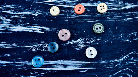 Buttons for clothing and sewing on the table. Decorative items o Imagens