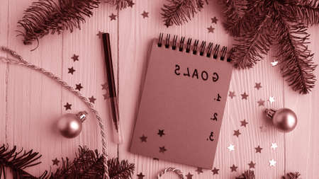 A Notepad on a wooden table near the Christmas tree. Notebook to Imagens