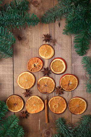Dry slices of oranges lying on the table. Decorative ornament. C Imagens