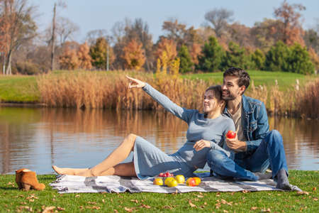 The couple had an outdoor picnic in the park Zdjęcie Seryjne