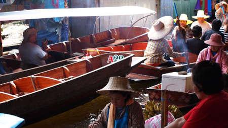 RATCHABURI,THAILAND-SEPTEMBER 30 : Unidentified People and Tourist on the boat tour Damneonsaduak Floating Market on September 30,2012 in Ratchaburi,Thailand. Stock Photo - 15485100
