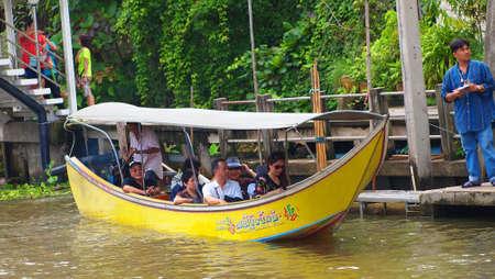 damneonsaduak: RATCHABURI,THAILAND-SEPTEMBER 24 : Unidentified People and Tourist on the boat tour Damneonsaduak Floating Market on September 24,2012 in Ratchaburi,Thailand.
