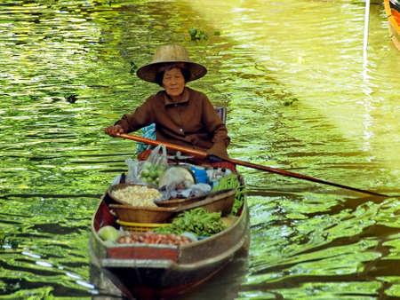 damneonsaduak: RATCHABURI,THAILAND-SEPTEMBER 15   Unidentified People and Tourist at Damneonsaduak Floating Market on SEPTEMBER 15,2013 in Ratchaburi,Thailand