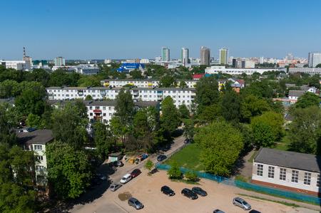 駐車場のある夏ミンスクの街並み。