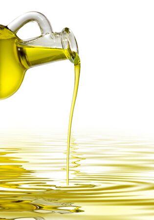 aceite de cocina: Botella con un hilo de aceite de oliva Foto de archivo