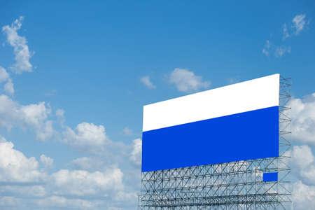 show bill: estructura de tablero de anuncio grande en campo de arroz.