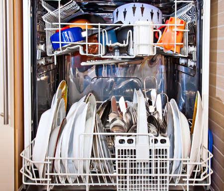lavar platos: casa moderna m�quina lavavajillas aparato muestra abierta