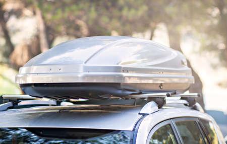 kofferbak doos vastgesteld op het dak van de auto