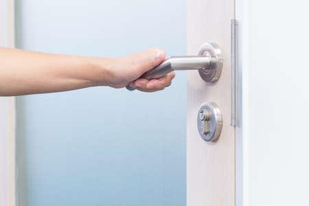 손으로 문을 열고