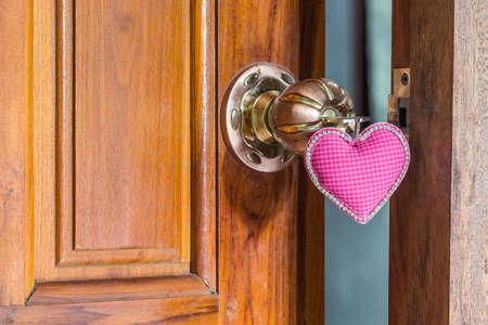 close up sleutel van liefde op deurklink, doorknoob