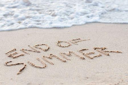 Tekst einde van de zomer op het strand Stockfoto - 34113436