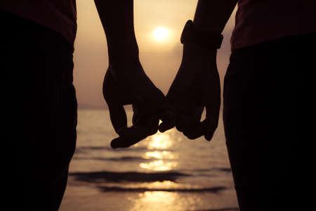 부부 해변에서 일몰 손 손가락을 들고, 발렌타인 데이 사랑 스톡 콘텐츠