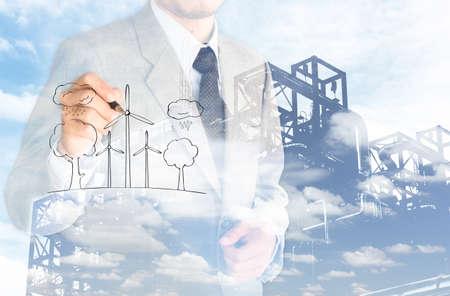 dubbele eposure zakenman evironment besparen en de fabriek achtergrond van de wolkenhemel