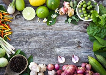 ingrediënt kruiden op graan houten achtergrond Stockfoto