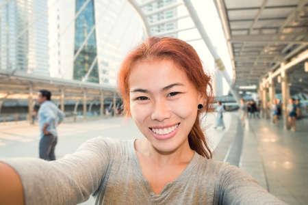 jonge vrouwen nemen selfie foto in de stad achtergrond