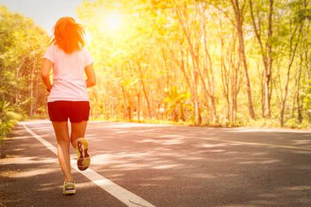 Jonge vrouwen die op landelijke weg tijdens zonsondergang