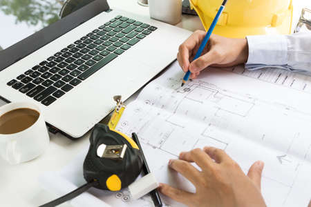 ingeniero civil: Arquitectura Draing en Proyecto de plan Foto de archivo