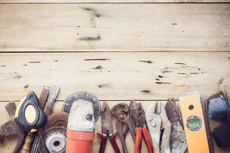 obrero trabajando: viejo grupo de herramientas de equipo establecido en la madera de grano