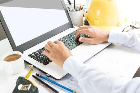 ingeniero civil: el uso de ingeniería ordenador portátil en espacio de trabajo Foto de archivo