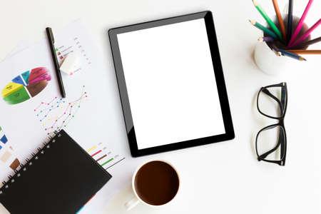 Tableta en área de trabajo de escritorio en la oficina de antecedentes Foto de archivo - 39479039