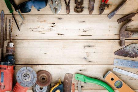 trabajando en casa: herramientas de equipos viejos establecidos en la madera Foto de archivo