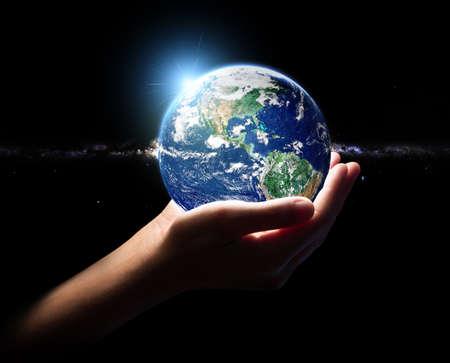 손을 잡고 지구 우주 환경 개념 요소 항공 우주국 (NASA)에 의해 완성