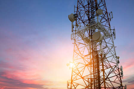 comunicação: Rede de telecomunicações do prato satélite no por do sol rede tecnologia de comunicação