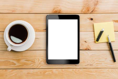 tablet wit display en koffie op houten werkruimte
