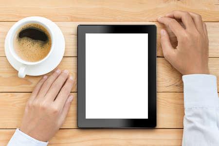zakelijke man met behulp van tablet-wit scherm met een kopje koffie te drinken op houten bureau