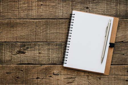 trompo de madera: libro en blanco para el texto de la copia en textura de madera vieja de grano