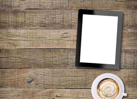 madera: visualizaci�n de la pantalla blanca de la tableta y el caf� sobre fondo de madera vieja Foto de archivo