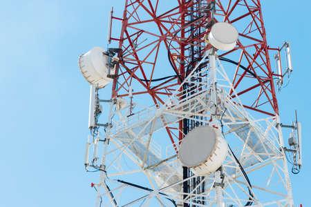 푸른 하늘 배경에 위성 접시 통신 타워 스톡 콘텐츠
