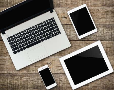 komunikátor moderních elektronických zařízení na dřevo pozadí Reklamní fotografie