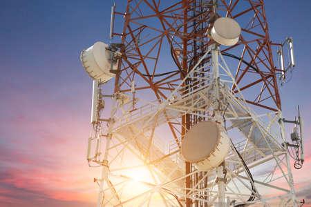 일몰에 위성 접시 통신 타워 스톡 콘텐츠