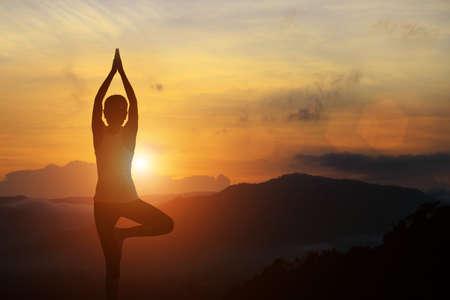 silhouet van yoga vrouw gezonde levensstijl