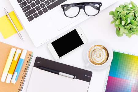 Creativo espacio de trabajo de escritorio Foto de archivo - 44516003