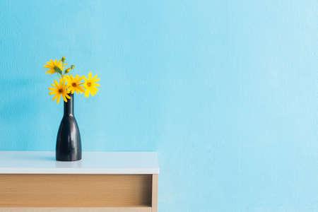 Aardpeer bloem in de vaas op tafel interieur