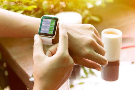 close-up hand met horloge check voorraad financiën