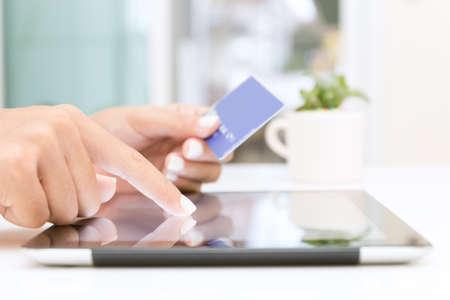 タブレットとショッピング クレジット カードをオンライン使用してクローズ アップ手 写真素材