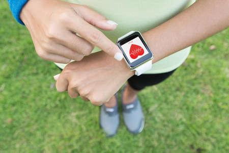 sport vrouw contact op gezondheid hand horloge applicatie