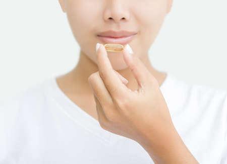 건강을위한 비타민 캡슐을 복용 한 여자를 닫습니다 스톡 콘텐츠