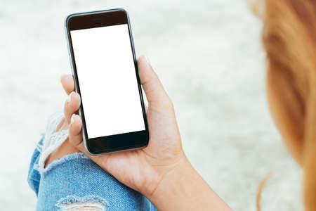 여성 사용하여 전화 흰색 화면 표시