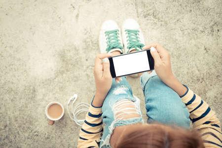 ZELLEN: Frau h�lt Telefon wei�er Bildschirm auf Draufsicht Vintage-Stil