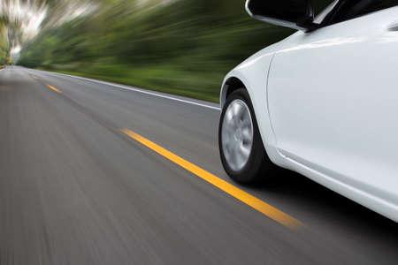 snelheid verkeer auto op landelijke asfaltweg