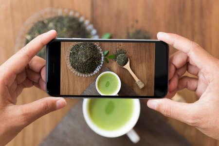 Close-up hand houden telefoon schieten drink photogeaph Stockfoto