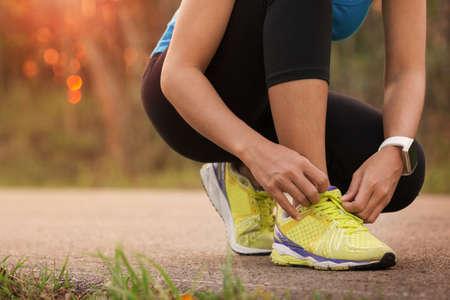 실행 준비가 스포츠 신발 묶는 여자 스톡 콘텐츠