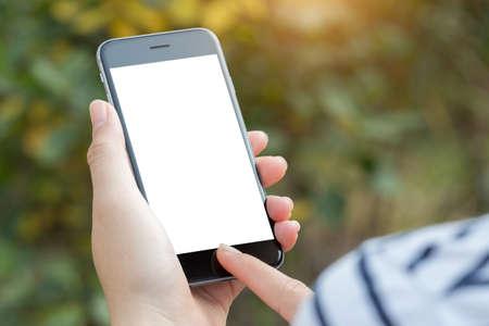 close-up hand met behulp van telefoon scherm wit