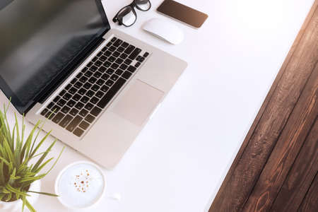laptopcomputer op de tafel werkruimte in de ochtend Stockfoto